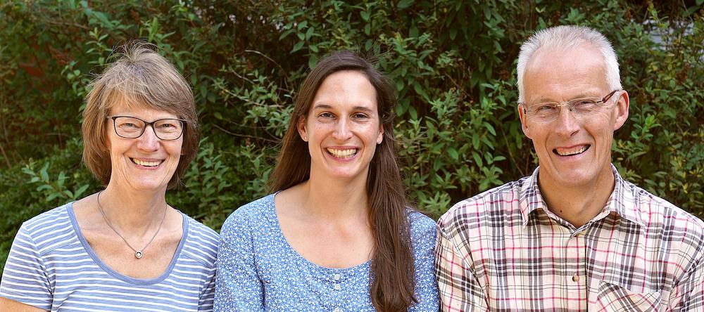 Foto der Sekretärin, der Schulleiterin und des Hausmeisters